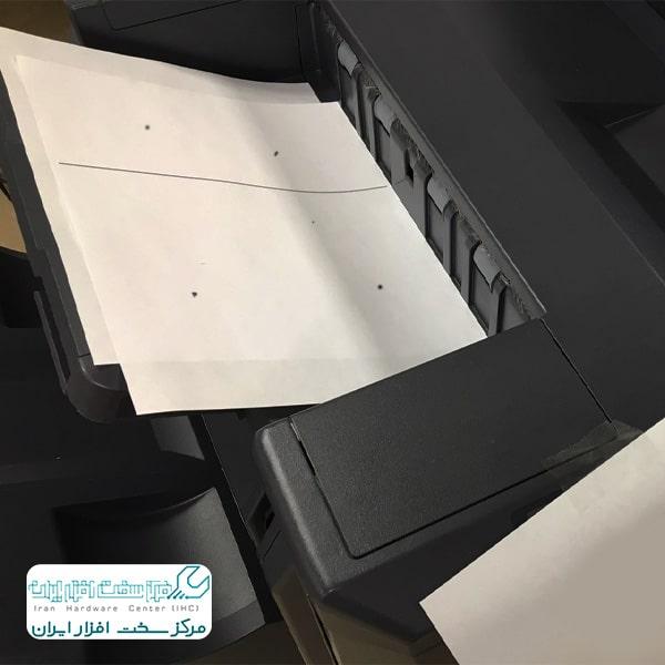 خال های تونر روی کاغذ در دستگاه کپی